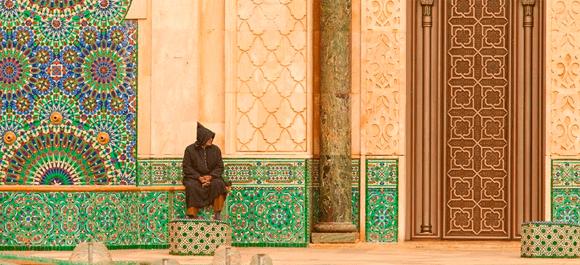 Un hombre fuera de la mezquita de Hassan II
